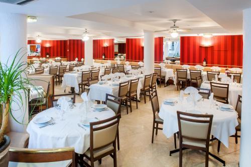 A restaurant or other place to eat at Hôtel Saint Sauveur