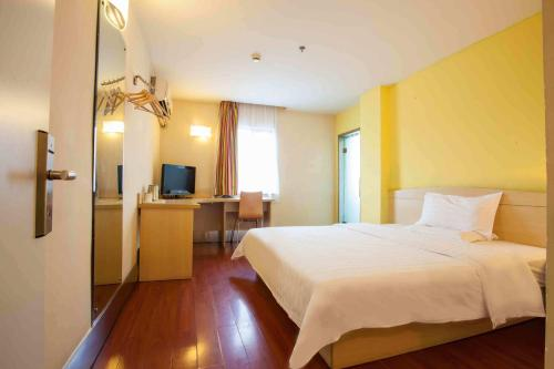 Кровать или кровати в номере 7Days Premium Zhanjiang Guomao Wangfujing