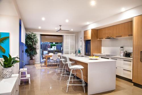 A kitchen or kitchenette at Close to everything, Noosa Heads