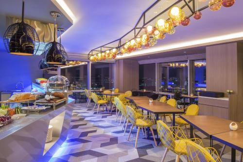 The lounge or bar area at Ibis Styles Ambassador Seoul Myeong-dong