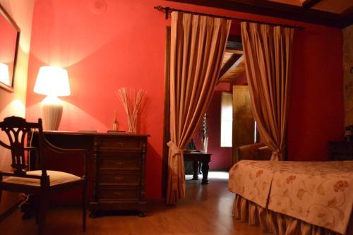 A bed or beds in a room at Hotel - Restaurante Prado Del Navazo
