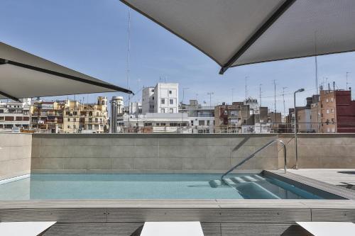 Der Swimmingpool an oder in der Nähe von Vincci Mercat