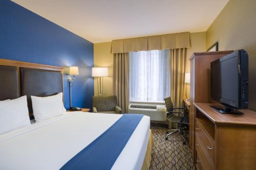 A bed or beds in a room at Holiday Inn Express New York City Chelsea