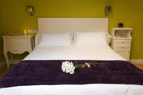A bed or beds in a room at Hospedería Señorío de Briñas