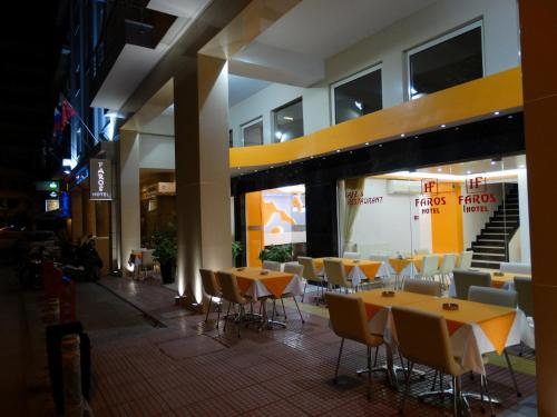A restaurant or other place to eat at Faros I
