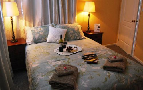 A bed or beds in a room at Cutmore Cottages - Meurants Manor
