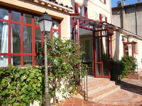 The facade or entrance of Auberge de Correns