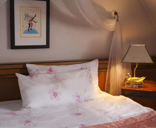 A bed or beds in a room at Hotel Zum Ochsen Durlach