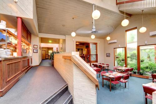 A restaurant or other place to eat at Victoria Hotel Strathalbyn