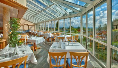 Ein Restaurant oder anderes Speiselokal in der Unterkunft Vita Wellnesshotel