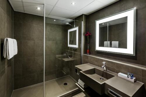 A bathroom at Novotel Lille Aéroport