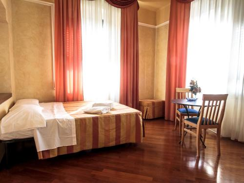 A bed or beds in a room at Hotel Soggiorno Athena