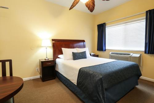 好萊塢酒店房間的床