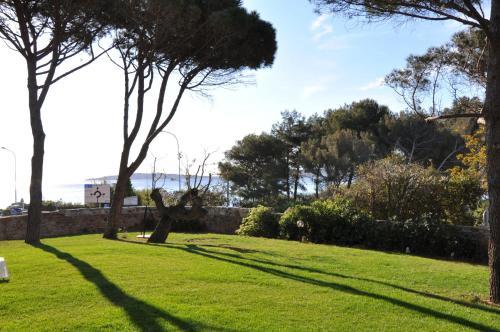 A garden outside Villa Angelina Jardin