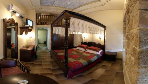 מיטה או מיטות בחדר ב-עכוטל