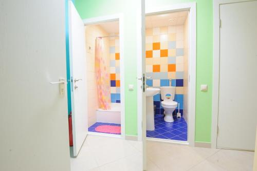 A bathroom at Happy House Hostel