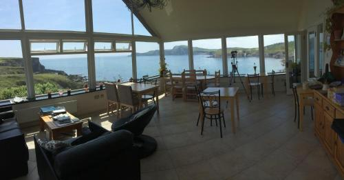 A restaurant or other place to eat at Sandycove House Bed & Breakfast