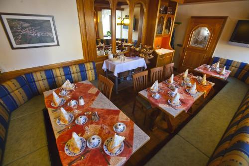 Ein Restaurant oder anderes Speiselokal in der Unterkunft Kirchenwirt Inn