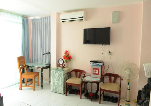 A television and/or entertainment center at Thao Nhi Hotel