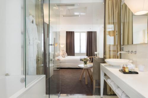 A bathroom at Hotel Le Placide Saint-Germain Des Prés