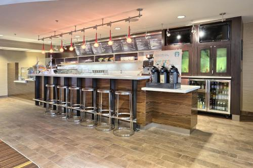 The lounge or bar area at Courtyard by Marriott Harrisburg West/Mechanicsburg