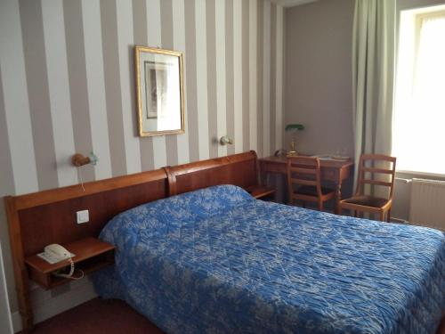 A bed or beds in a room at Citotel Avallon Vauban