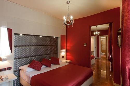 A bed or beds in a room at Hotel Fellini