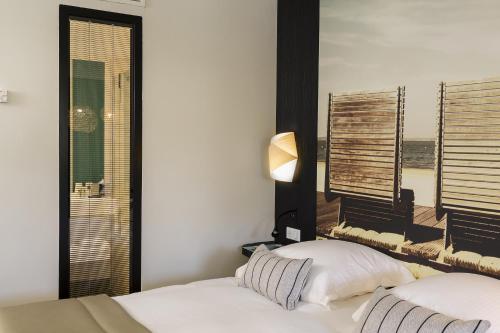 Un ou plusieurs lits dans un hébergement de l'établissement Hôtel & Spa Les Bains d'Arguin by Thalazur