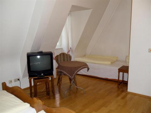 A television and/or entertainment center at Hotel zum Pfalzgrafen