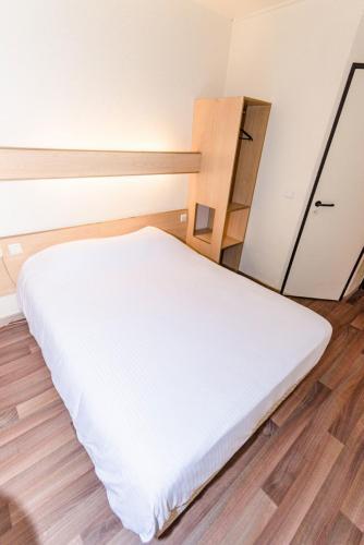 A bed or beds in a room at Hotel De La Basse Sambre