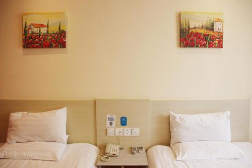 A bed or beds in a room at Hanting Express Changchun High-tech Zone