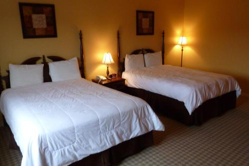 A bed or beds in a room at Inn at Mountainview