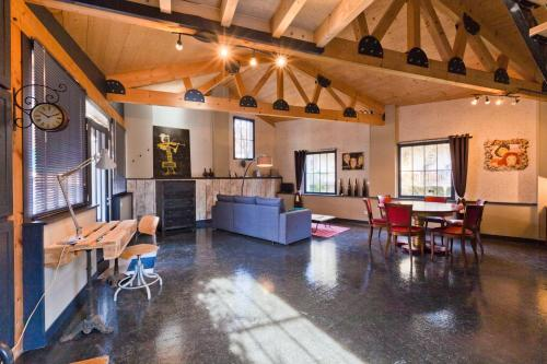 A restaurant or other place to eat at Holiday Loft 58