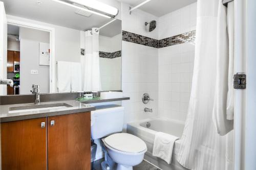 A bathroom at Executive Hotel Vancouver Airport