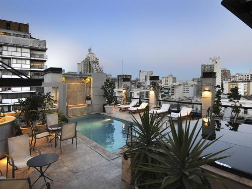 Una vista de la pileta en Windsor Hotel & Tower Argentina o alrededores