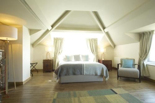 A bed or beds in a room at Crab & Boar
