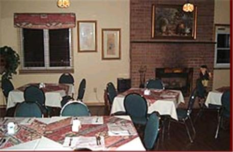 A restaurant or other place to eat at Clansman Motel