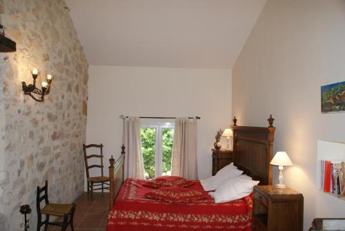 A bed or beds in a room at Chez Bacchus