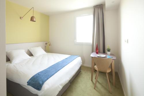 A bed or beds in a room at Les Clefs du Roy by Popinns
