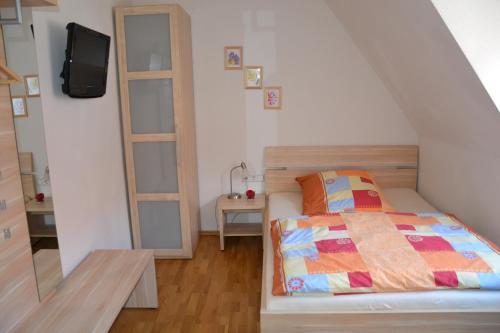 Ein Bett oder Betten in einem Zimmer der Unterkunft Baumeisterhaus