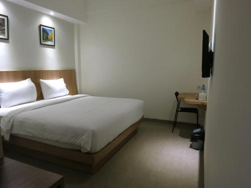 A bed or beds in a room at Hart Hotel