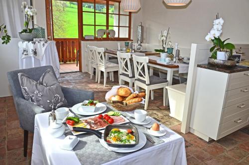 Ein Restaurant oder anderes Speiselokal in der Unterkunft Landhaus Aigner