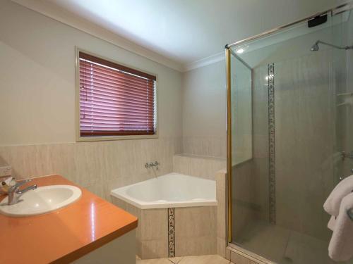 A bathroom at Annand Mews Apartments