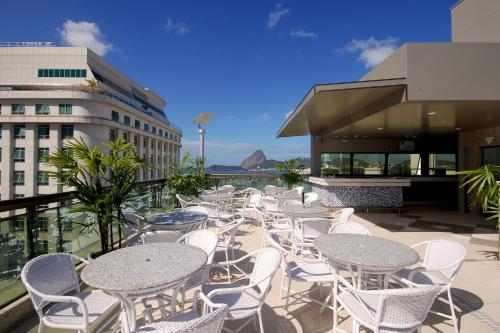 Um restaurante ou outro lugar para comer em Hotel Atlântico Business Centro