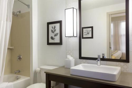 A bathroom at Country Inn & Suites by Radisson, Bloomington at Mall of America, MN