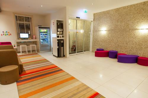 The lobby or reception area at ibis Styles Amsterdam Amstel