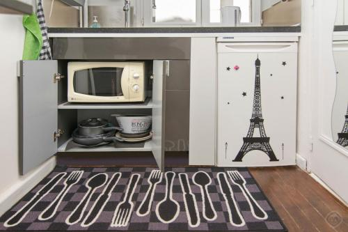 A kitchen or kitchenette at Lovely Cosy Studio Paris