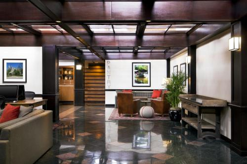 The lobby or reception area at Four Points by Sheraton Richmond Airport
