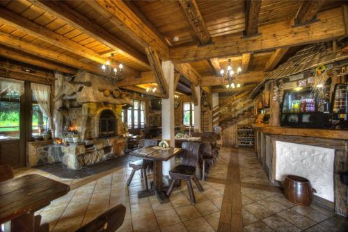 Restauracja lub miejsce do jedzenia w obiekcie Dworek Sanocki