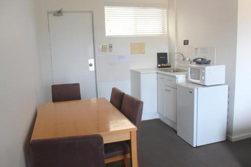 A kitchen or kitchenette at Oceanside Hawks Nest